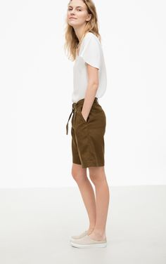 These summery linen shorts impress with their tucks and casual fit. The matching belt with D-buckle emphasizes the waist.