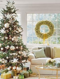 Wundervoll Peaceful Living Room With White Christmas Decorating Theme For Holiday Home  Decor With Beautiful Christmas Tree Charming Christmas Decorating Idea