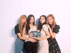 Blackpink holding the diamond play button💎 Congrats! Kim Jennie, Forever Young, Girls Generation, South Korean Girls, Korean Girl Groups, Divas, Rapper, Black Pink Kpop, Blackpink Photos