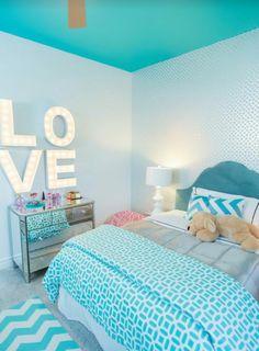 chambre design Love en bleu avec plafond bleu et murs blancs aux motifs étoilés