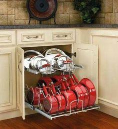 DIY - organizando panelas no armário de cozinha usando aramados de máquina de lavar louças presos em trilho telescópico.