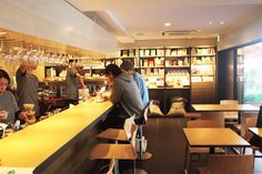 《 代々木八幡 》「15℃」(カフェ)  急線代々木八幡駅、東京メトロ千代田線代々木公園駅より各徒歩2分。すぐ近くにあるパン屋さん「365日」の姉妹店。パンや加工品、食材の下ごしらえをする厨房、珈琲の焙煎設備などを整え、より充実した総合食料品店に。一日中、食事のメニューがあり、テイクアウトも可能。東京都渋谷区富ヶ谷1-2-8 Tel./03-6407-0942 営業時間/7:00〜22:00 LO 定休日/無休 カウンター8席、テーブル12席