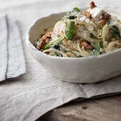 """Spaghetti mit gerösteten Walnüssen, Spinat und Ricotta fallen ganz klar in die Kategorie """"Comfort Food"""": in nur 20 Minuten steht das Essen auf dem Tisch."""