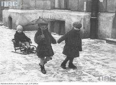 Dzieci podczas wożenia się sankami po ulicach Warszawy, 1931 r.