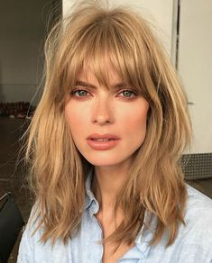 "'s ""Cream Soda"" Hair Trend Is Now Sweeping New York Blonde Hair Color Cream Soda Celebrity Trend Gigi Hadid – Farbige Haare Medium Hair Styles, Short Hair Styles, Bangs Medium Hair, Shoulder Length Hair Bangs, Medium Length Hair Cuts With Bangs, Red Hair With Bangs, Fine Hair Bangs, Layered Haircuts Shoulder Length, Shoulder Haircut"