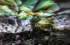Cueva de hielo cerca del Volcán Mutnovsky, Rusia