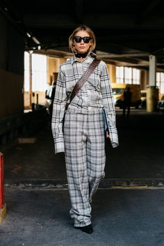 Paris Fashion Week is in full swing. See the best Paris Fashion Week street style from the shows circuit. All the Paris fashion week street style inspiration you need from the shows at PFW. Street Style Trends, Casual Street Style, Street Style Women, Fashion Week Paris, Autumn Fashion 2018, White Casual Sneakers, Paris Outfits, Plaid Fashion, Women's Fashion