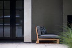 Unieke lounge fauteuil SIL. Het ontwerp past in verschillende opstellingen, maar kan ook solo worden neergezet. ROYAL DESIGN