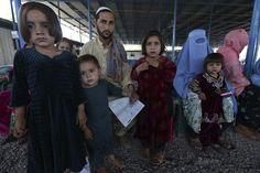 Varios afganos esperan para abandonar Afganistán, en el centro de identificación del Alto Comisionado de las Naciones Unidas para los Refugiados (ACNUR) (Foto: EFE)
