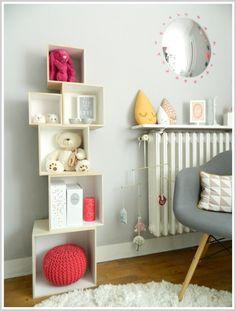 Composez vous même votre étagère murale avec des cubes en bois de différents formats.