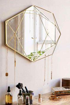 Geometrická forma rámu je vyrobena z ocelových drátů, která dává zrcadlu podobnost s obrovským diamantem. Materiál: kov, zrcadlo; Rozměr: 43 х 9 х 56,8 cm.