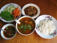 A typical Burmese meal: rice with a mè hnat (stewed beef), chinyay hin (hot & sour soup), ngapi yay-jo (thin pickled fish sauce) and to za ya (raw or scalded vegetables to go with it). Healthy Breakfast Recipes, Healthy Recipes, Burmese Food, Recipe Icon, Hot And Sour Soup, Asian Recipes, Ethnic Recipes, Palak Paneer, Street Food