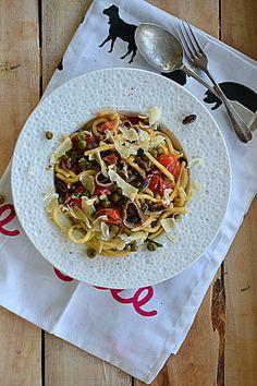 Spaghetti z groszkiem, sardelami, pomidorkami cherry i piniami #gryz #MagazynGRYZ