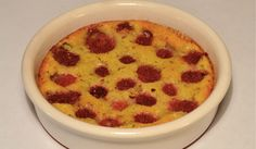Un clafoutis aux fruits rouges, c'est classique quand il s'agit de cerises mais à base de framboises, vous connaissiez ? Nous non et nous avons été séduits par cette recette. Ça change et c'est sublime. En grand fande framboises, on vous le dit : ce dessert ne gâche rien du fruit. INGRÉDIENTS 250g de framboises 100g de farine 4 œufs 1 pincée de sel 175g de sucre 2 sachets de sucre vanillé 40cl de lait beurre PRÉPARATION Mélangez la farine, le sel, le sucre et le sucre vanillé. Ajoutez les…