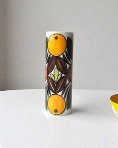 vase designet av Inger Waage. Flott vase av Inger Waage for Stavangerflint. Blank og fin med appelsinmotiv. 2 cm høy og 7,3 i diameter. Kr 390,-