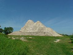 The Moral-Reforma Archaeological Zone , is a period Maya site Classic . It is located in the municipality of Balancán in the Mexican state Tabasco , in the flood plains of San Pedro Martir river, near the mouth of this, the Usumacinta River . A village 15 km west of El Triunfo , 20 km east of the city of Balancán Dominguez and 35 km northeast of the city of Tenosique of Pino Suarez .