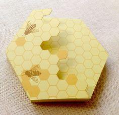 かわいい6角形の蜂の巣メモ帳一か所を糊で止めているだけなので1枚ずつはがしてご使用いただけます。紙質もしっかり厚めで書きやすくなっています。珍しい6角形のメモ...|ハンドメイド、手作り、手仕事品の通販・販売・購入ならCreema。