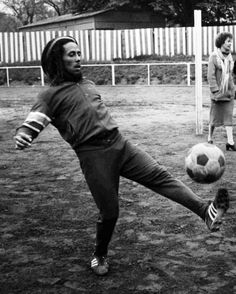 Bob Marley playing soccer in London, 1970´s.
