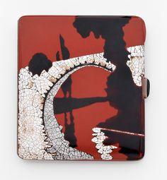 Porte cigarette Art Déco en argent. Vers 1925. Photo Hôtel des Ventes de Monte-Carlo  à décor de paysage onirique d'émail noir, de mosaïque de coquille d'oeuf sur fond d'émail sang de boeuf, l'intérieur en vermeil. Poinçon de maître M.L. Dimensions : 6,8 x 8,0 x 0,5 mm environ. Poids : 92,9 g. Estimation : 1 600 / 1 800 €