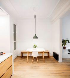 O projeto apresenta a renovação de um apartamento localizado em um edifício no bairro de Eixample, em Barcelona. WWW.BLANNK.COM.BR