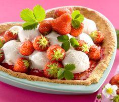 Jäätelö Mansikkatorttu tehdään kauramurotaikinasta ja täytetään jäätelöllä sekä tuoreilla mansikoilla.