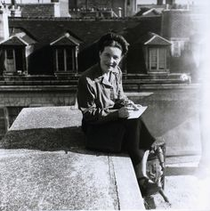 Simone de Beauvoir, Paris, 1946. Photo: Denise Bellon.