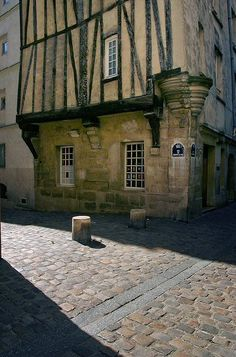 La rue Garnier sur l'Eau, près de la Seine, fut habitée au 13e siècle,