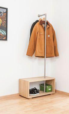 Diese Mini-Garderobe passt auch in einen kleinen Flur. #Bauanleitung #heimwerken #Holz