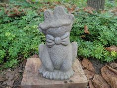 Vintage-Cement-9-Tall-Smiling-Frog-w-Bow-tie-Garden-Statue-Weathered-Concrete