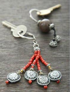 Charm Jewelry, Boho Jewelry, Jewelry Crafts, Beaded Jewelry, Jewelery, Diy Keychain, Beaded Purses, Schmuck Design, Handcrafted Jewelry