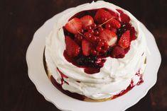 Tort Pavlova cu mascarpone şi fructe de pădure Pavlova, Delicious Desserts, Deserts, Brunch, Food And Drink, Ice Cream, Sweets, Recipes, Cakes