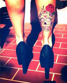 Want this sugar skull on my thigh so bad!