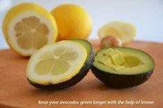 Pour conserver la fraîcheur d'un avocat déjà coupé, on place une tranche de citron directement sur la chair de l'avocat.
