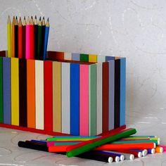 Pastelníkovník+pestrobarevný+Originální+dřevěný+dvojitý+pastelníkovníkzdobený+nalepeným+malým+plotem+v+pestrých+barvách.+Pastelníkovník+je+natřený+barvou+zdravotně+nezávadnou,+vodou+ředitelnou.+Na+závěr+přetřený+bezbarvým+lakem.+Plot+je+ruční+výroba,+nestejná+výška+jednotlivých+dřevíček+je+záměrem.+Velikost:+22+x+12+x+11+cm+Tento+výrobek+je+...