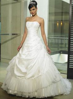 Newly Applique Strapless Taffeta Tiered Tulle Chapel Train Ball Gown Wedding Dress for Brides