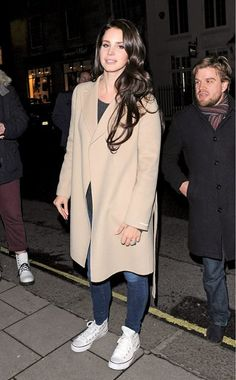 Lana Del Rey looks casual yet cool in a beige coat and classic Chuck Taylor All Stars in London. Lana Del Rey Hair, Lana Del Rey Outfits, Lana Rey, Lana Del Ray Style, Hijab Fashion Inspiration, Style Inspiration, Fashion Ideas, Outfits Winter, Retro