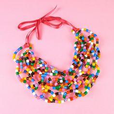 mooie ketting, gemaakt van strijkparels. (how to make a beaded zip tie necklace  op freubelweb . blogspot. nl
