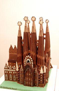 La Sagrada Familia-Cathedral Gaudi in chocolate. Chocolate Bonbon, Chocolate Work, Divine Chocolate, Chocolate Dreams, Chocolate Heaven, Chocolate Molds, Chocolate Lovers, Chocolate Cake, Chocolates