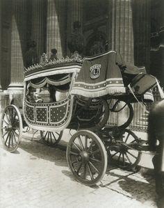 La Voiture dans le Paris d'antan par Eugène Atget - Un corbillard de pompes funèbres 1ère classe devant l'église Saint-Sulpice, en 1910.