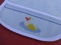 Babador infantil - bordado em ponto cruz - desenho de pato - patinho