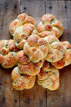 Acma - Oodles of delicious Turkish bread rolls just waiting to be smothered with creamy butter or dipped into your favourite saucy dinner dish. Armenian Recipes, Turkish Recipes, Greek Recipes, Comida Armenia, Bread Bun, Bread Rolls, Our Daily Bread, Bread And Pastries, Iftar