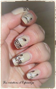 #essie #zebre #plumes Bonjour tout le monde ! Quelle jolie surprise, ce nail art !!! J'avais acheté ce water decal sans grande conviction. Je ne suis absolument pas imprimé zèbre ou panthère sur les ongles. Mais ce sont les soldes et pendant les soldes,...