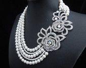 Mariée collier de perles, perles de Swarovski blanc, strass broche collier, collier strass mariée, déclaration mariée collier, KRISSY