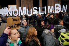 """Đám đông giương cao thông điệp """"Không cấm người Hồi giáo"""" trong cuộc biểu tình phản đối sắc lệnh di trú mới của Tổng thống Trump tại thành phố Boston ngày 29/1.      Tổng thống Mỹ Donald Trump ngày 27/1 đã ký một sắc lệnh di trú mới, trong đó có việc tạm dừng toàn bộ chương..."""