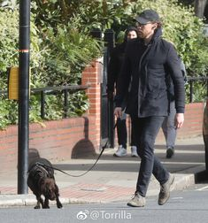 Tom Hiddleston out and about with his dog Bobby in London 12.2.2018 Via https://www.weibo.com/1846858632/G2OLWFfSS