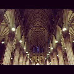 Manhattan, caminando por la 5Ave    Y en el medio de toda la acción, y entre edificios:  San Patricks Cathedral, costruída en 1858.  Entro, un respiro un poco paz y vuelvo a salir a la jungla de cemento..