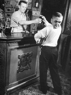 """Imagem 29: Martin Laurello, mais conhecido como """"Homem coruja"""", nasceu na Alemanha em 1886 e começou a mostrar a sua bizarra habilidade em apresentações pela Europa no século passado. Segundo ele, sua capacidade de girar a própria cabeça veio com 3 anos de treinamentos. Participou de circos de horrores."""