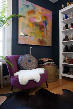 Check out this Design Fixation: Navy Blue + Purple Home Decor Inspiration The post Design Fixation: Navy Blue + Purple Home Decor Inspiration… appeared first on Migno Decor . Style At Home, Feminine Apartment, Colorful Apartment, Estilo Kitsch, Purple Home Decor, South Shore Decorating, My Living Room, Home Decor Inspiration, Decor Ideas