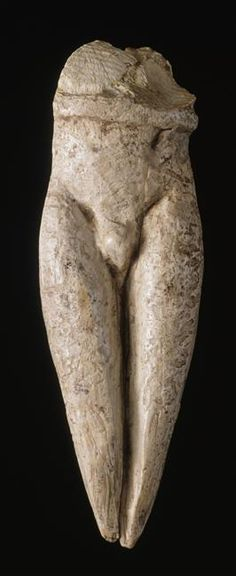 """Figurine dite """"figurine à la ceinture"""". Gravettien. vers 25000 av JC. Grotte du Pape.                                                                                                                                                     Plus"""