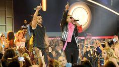 """Luis Fonsi y Daddy Yankee actuando en el escenario durante los Premios Billboard de la música latina en el Watsco Center el 27 de abril de 2017, en Coral Gables, Florida. La canción """"Despacito"""", con un remix que incluye a Justin Bieber, ha sido un gran éxito, ocupando los primeros puestos de las listas en los Estados Unidos durante varias semanas. Fotografía por: Sergi Alexander/Getty  Images"""